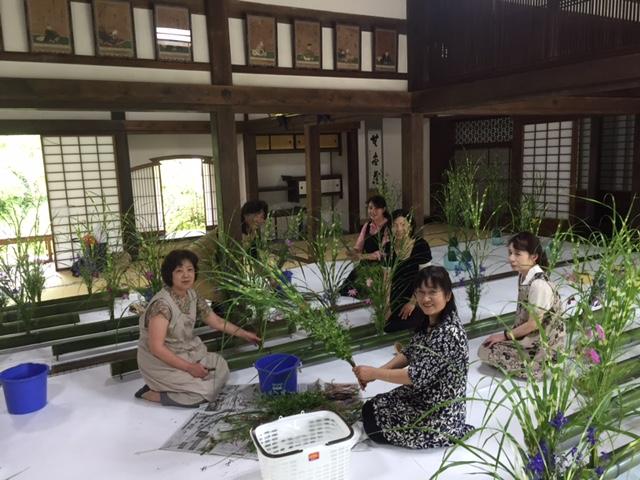 中国教区寺族婦人会による華展(準備のようす)