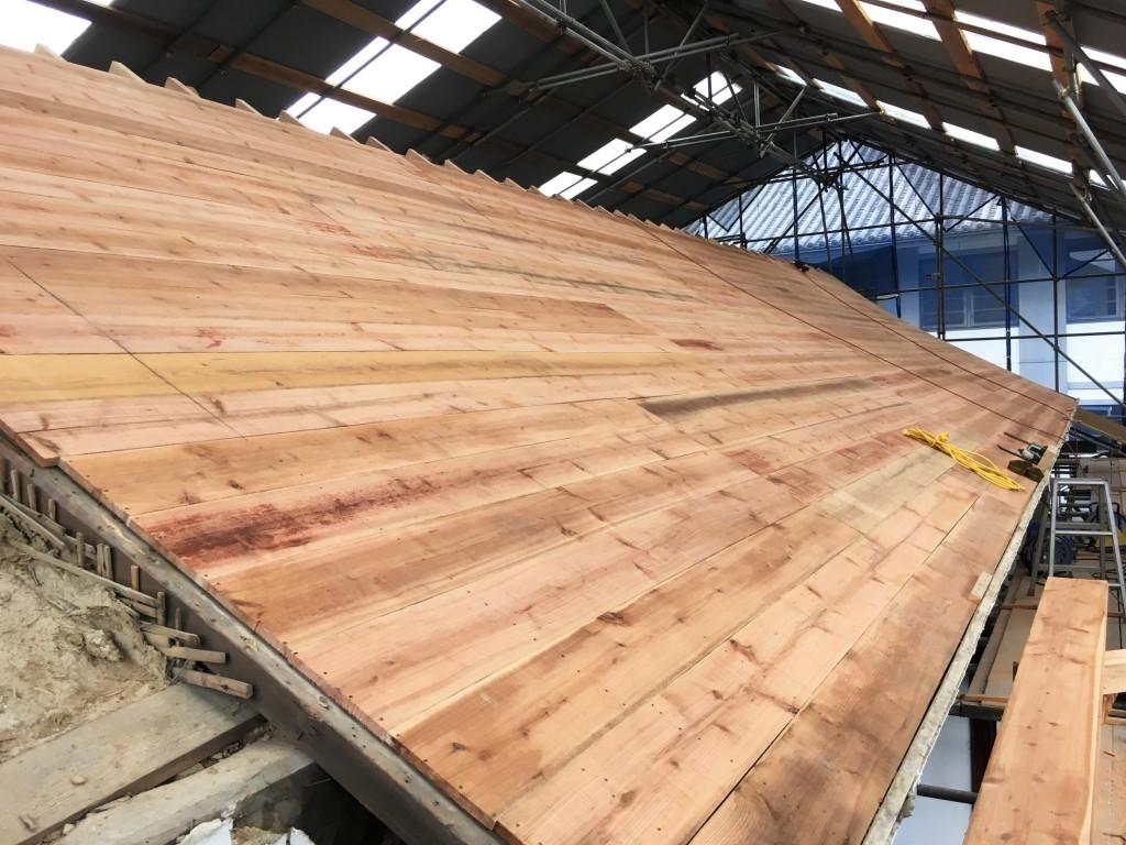 工事が進む明智門の屋根